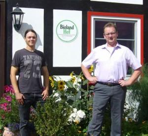 Biohof Demann: Betreibsinhaber Hartmut Demann (rechts) und Hofnachfolger Julian Demann